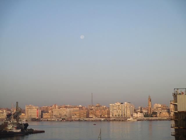 encalhar no Canal de Suez